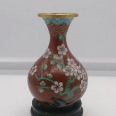 Antigüedades: JARRÓN ANTIGUO CHINO EN CLOISONNÉ CON MOTIVOS DE FLOR DE CEREZO Y PEANA EN MADERA LACADA, AÑOS 40/50. Lote 56522191