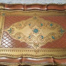 Antigüedades: MAGNIFICA Y ANTIGUA BANDEJA RECTANGULAR - DECORATIVA - EN PAPEL MACHE - PINTADA CON PAN DE ORO-. Lote 56532638