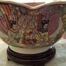 Antigüedades: MAGNIFICO Y ANTIGUO CENTRO CHINO CON PEANA DE MADERA DE MEDIDAS 25 CTMS DE DIAMETRO PARTE SUPERIOR. Lote 56535453