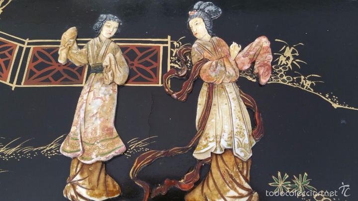 Antigüedades: PRECIOSA MESA CHINA LACADA CON RELIEVES DE GEISHAS - Foto 3 - 56546114