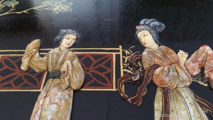 Antigüedades: PRECIOSA MESA CHINA LACADA CON RELIEVES DE GEISHAS - Foto 9 - 56546114