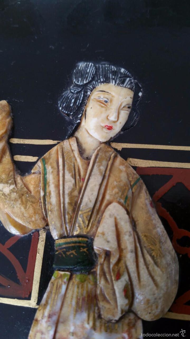 Antigüedades: PRECIOSA MESA CHINA LACADA CON RELIEVES DE GEISHAS - Foto 10 - 56546114