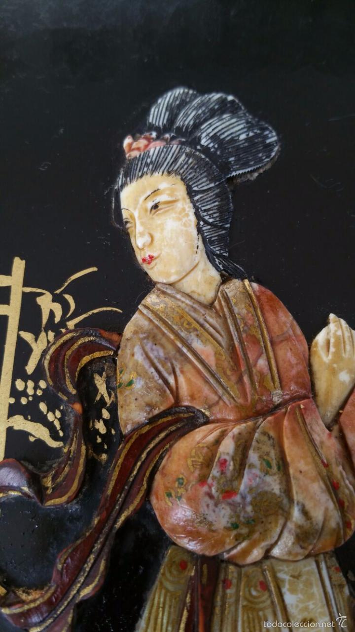 Antigüedades: PRECIOSA MESA CHINA LACADA CON RELIEVES DE GEISHAS - Foto 12 - 56546114