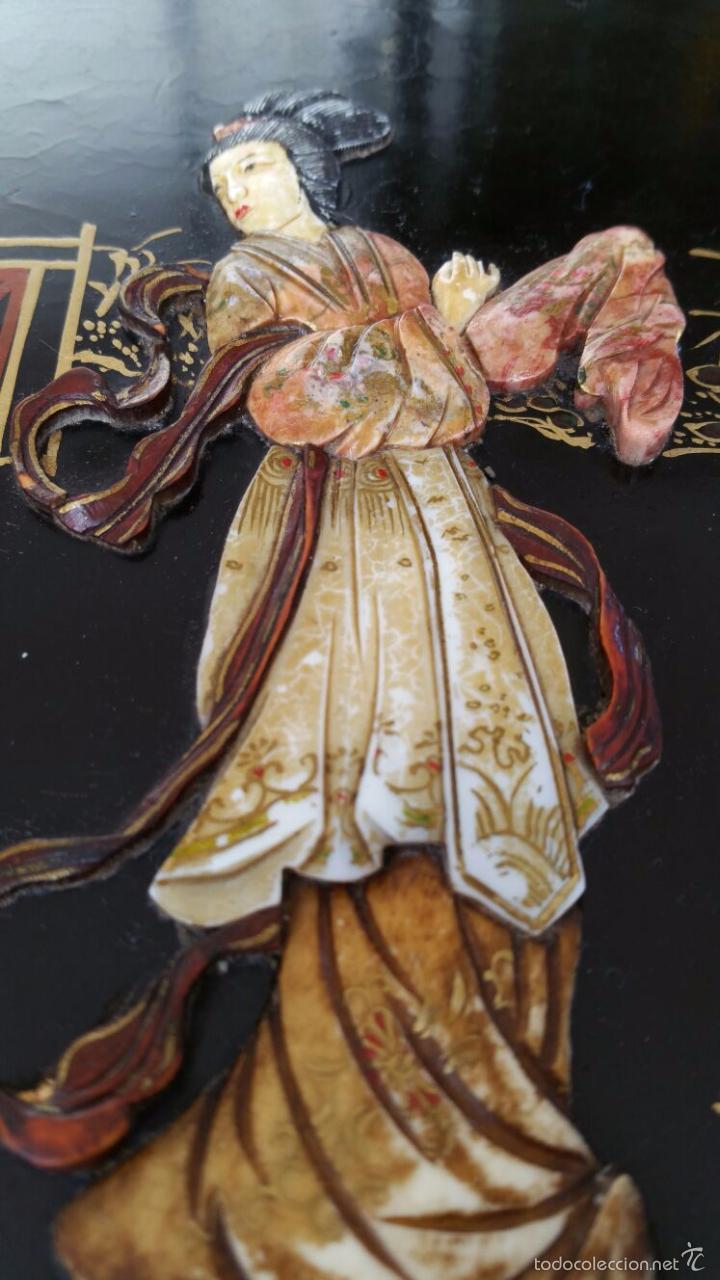 Antigüedades: PRECIOSA MESA CHINA LACADA CON RELIEVES DE GEISHAS - Foto 13 - 56546114