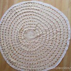 Antigüedades: TAPETE HECHO A MANO DE GANCHILLO REDONDO 85 CM, GRANDE Y BIEN CONSERVADO . Lote 56549880