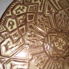 Antigüedades: GRAN PLATO DE REFLEJOS METÁLICOS EN EXCELENTE ESTADO - CON FIRMA - DIÁMETRO: 39 CM. - VER FOTOS . Lote 56553616