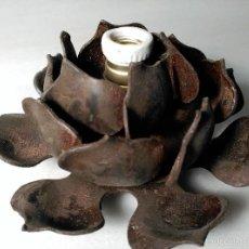 Antigüedades: LAMPARA APLIQUE PUNTO DE LUZ TIPO ROSETA HIERRO FORJADO ROSA BOMBILLA EN EL CENTRO 16CMDIAMETRO. Lote 179395251