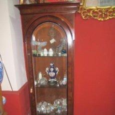 Antigüedades: VITRINA DE MADERA CON 3 ESTANTES DE CRISTAL. CRISTAL BISELADO. BUEN ESTADO.. Lote 56589328