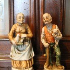 Antigüedades: PAREJA DE ANCIANOS EN PORCELANA JAPONESA EN PERFECTO ESTADO NOMBRE EN LA BASE. Lote 56605340