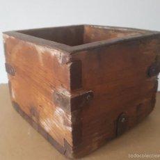 Antigüedades: ALMUD ANTIGUO DE MADERA REFORZADO CON HIERRO FORJADO - PIEZADEMUSEO. Lote 56610338