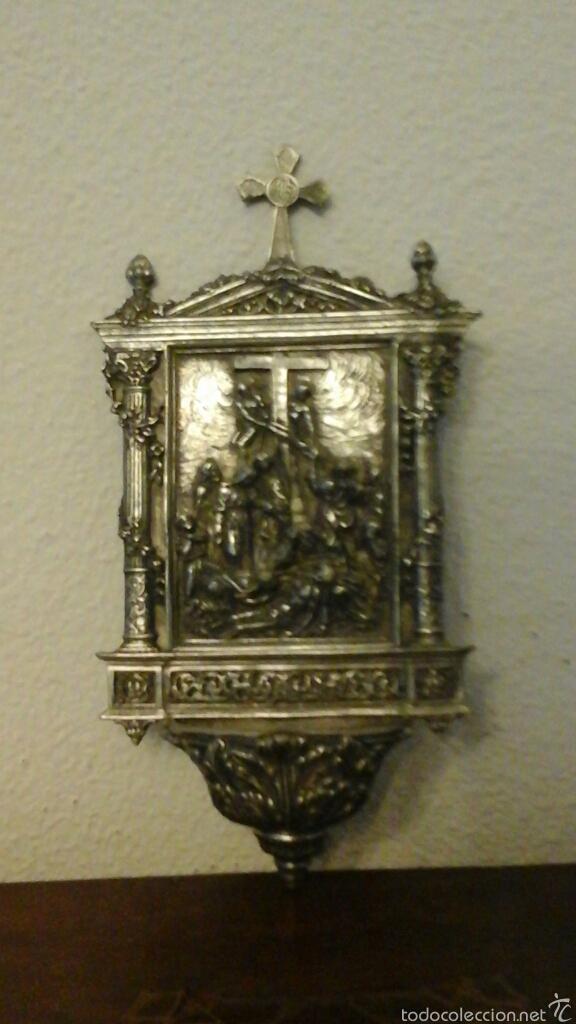 Antigüedades: Antigua benditera realizada en Zin, baño de plata. Representa al descendimiento de Cristo de la Cruz - Foto 2 - 56616526