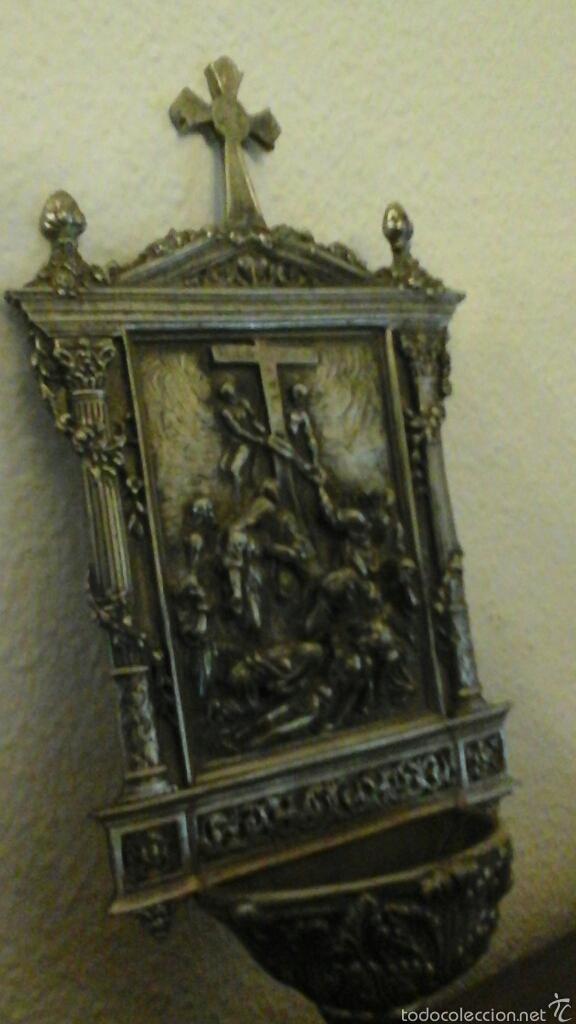 Antigüedades: Antigua benditera realizada en Zin, baño de plata. Representa al descendimiento de Cristo de la Cruz - Foto 3 - 56616526