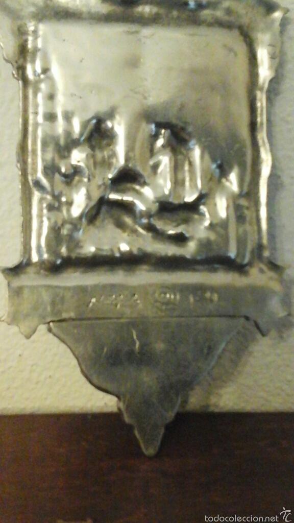 Antigüedades: Antigua benditera realizada en Zin, baño de plata. Representa al descendimiento de Cristo de la Cruz - Foto 4 - 56616526