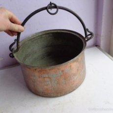 Antigüedades: MUY ANTIGUA E IMPORTANTE CALDERA DE GRUESO COBRE Y ASA DE FORJA, COMPLETA Y BUEN ESTADO. Lote 56628491