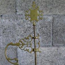Antigüedades: LÁMPARA O VELÓN DE ACEITE - DE BRONCE - LATÓN - 76 X 31 CM. Lote 56637334