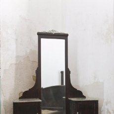 Antigüedades - Impresionante tocador Ardeco de madera, copete forja y tapices cubiertos con cristal. - 56648233
