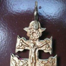 Antigüedades: ANTIGUA CRUZ DE CARAVACA DE BRONCE CON ANILLA ORIGINAL DE 12 CM.. Lote 56655279