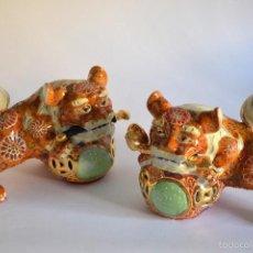 Antigüedades: BELLA PAREJA DE LEONES DE FU EN CERÁMICA SATSUMA JAPÓN, PPS. S. XX. SON PODEROSOS ANIMALES MÍTICOS Q. Lote 56747788