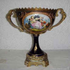 Antigüedades: ANTIGUO CENTRO DE MESA. S.XIX. PORCELANA Y BRONCE. DECORADO CON ORO FINO. PINTADO A MANO. FIRMADO.. Lote 56803617
