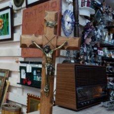 Antigüedades: BONITA CRUZ TALLADA EN MADERA CON PEANA Y CRISTO EN METAL. Lote 56811177