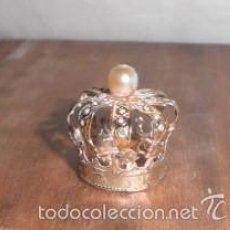 Antigüedades: PEQUEÑA CORONA CON GRAN PERLA Y CRISTALES O PERLITAS ARTIFICIALES. Lote 56824571