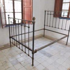Antigüedades: IMPRESIONATE CAMA EN FORJA Y LATÓN, ALFONSINO.. Lote 56836602