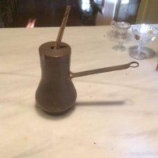 Antigüedades: ANTIGUA CHOCOLATERA DE COBRE CON TAPA, MADERA TORNEADA Y MANGO FORJADO, SIGLO XIX. Lote 56837445
