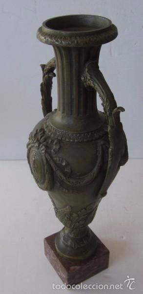 JARRON FLORERO EN METAL BRONCEADO - ESTILO ISABELINO (Antigüedades - Hogar y Decoración - Floreros Antiguos)
