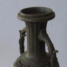 Antigüedades: JARRON FLORERO EN METAL BRONCEADO - ESTILO ISABELINO. Lote 56847870