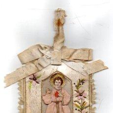Antigüedades: ESCAPULARIO ANTIGUO NIÑO JESUS BORDADO EN SEDA, CARITA Y MANOS DE PAPEL Y VESTIDO EN TELA. Lote 56854851