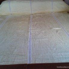 Antigüedades: BONITO CUBRECAMA ANTIGUO, HECHO A MANO, CON ENTREDÓS SUIZO.. Lote 56855564