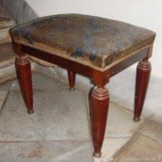 Antigüedades: ANTIGUA BANQUETA DESCALZADORA. AÑOS 20. TAPICERIA ORIGINAL.. Lote 58409268