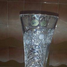 Antigüedades: PRECIOSO JARRON O FLORERO TODO LABRADO CON PIE DE PLATA. Lote 56927481