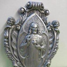 Antigüedades: ANTIGUA FABULOSA BENDITERA CON IMAGEN SAGRADO CORAZÓN DE JESÚS EN METAL ALTO RELIEVE-PILA DE CRISTAL. Lote 58994331