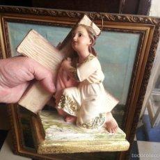 Antigüedades: PREICIOSO NIÑO JESUS CON LA CRUZ A CUESTA OJOS DE CRISTAL Y CORONA SOBRE PEANA 23 X21 X 10 CM. Lote 56956579