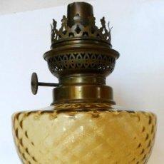 Antigüedades: ANTIGUO QUINQUÉ. CRISTAL TALLADO COLOR CARAMELO Y LATÓN DORADO. CA. 1900. Lote 56961467