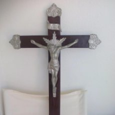 Antigüedades: ANTIGUA CRUZ MADERA CON CRISTO DE METAL. CRUCIFIJO. 70 X 46 CM. Lote 56974314