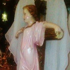 Niño Jesus de Olot. Estuco policromado y peana de madera.