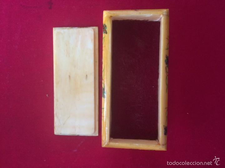 Antigüedades: Pequeña caja realizada en hueso y pintada a mano - Foto 3 - 56986877