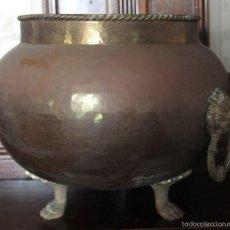 Antigüedades: ANTIGUO PEROL DE METAL CON ASAS REPRESENTANDO A UN LEON O FELINO BASE CON TRES PATAS. Lote 56993047
