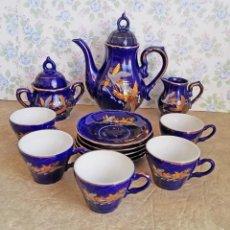 Antigüedades: JUEGO TE CAFE PORCELANA TAZAS PLATOS TETERA AZUL Y DORADO JAPON EIHO. Lote 56994639
