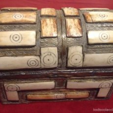 Antigüedades: COFRE JOYERO LATON REPUJADO E INCRUSTACIONES DE HUESO. Lote 56243599