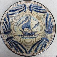 Antigüedades: PLATO DECORATIVO CON UN VELERO FIRMADO TOMÁS BUXÓ. Lote 57138886