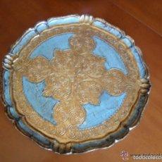Antigüedades: BANDEJA DE MADERA POLICROMADA Y CON PAN DE ORO DECORADA A MANO ANTIGUA. Lote 57166725