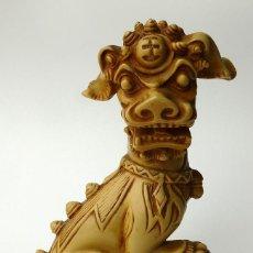 Antigüedades: RARÍSIMA FIGURA DE PERRO DE FOO CHINO MACHO RESINA EFECTO MARFIL TALLADO CHINA VINTAGE AÑOS 60. Lote 57167436