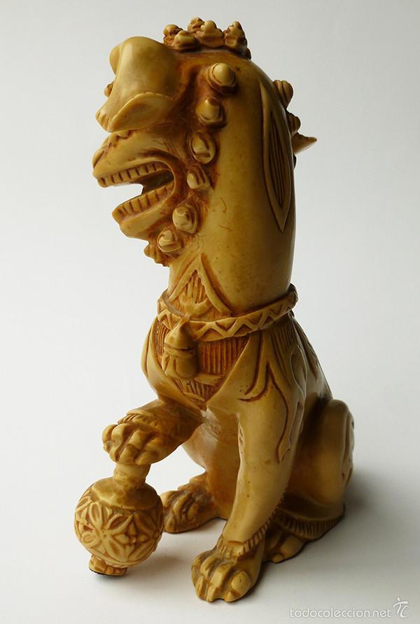 Antigüedades: RARÍSIMA FIGURA DE PERRO DE FOO CHINO MACHO RESINA EFECTO MARFIL TALLADO CHINA VINTAGE AÑOS 60 - Foto 4 - 57167436