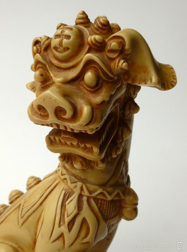 Antigüedades: RARÍSIMA FIGURA DE PERRO DE FOO CHINO MACHO RESINA EFECTO MARFIL TALLADO CHINA VINTAGE AÑOS 60 - Foto 7 - 57167436
