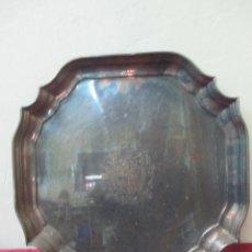 Antigüedades: BANDEJA CON ESCUDO HERÁLDICO GRABADO. 43 X 43. BAÑO PLATA.. Lote 57196908