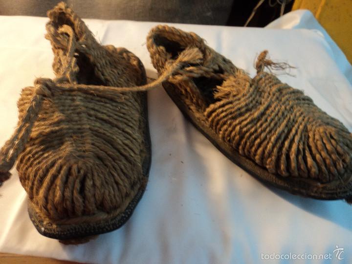 Antigüedades: antiquisimas y raras espardeñas de goma y esparto zona de albacete numero 37/38 - Foto 2 - 57204022