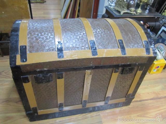 Antiguo ba l de madera con herrajes met licos comprar for Herrajes muebles antiguos